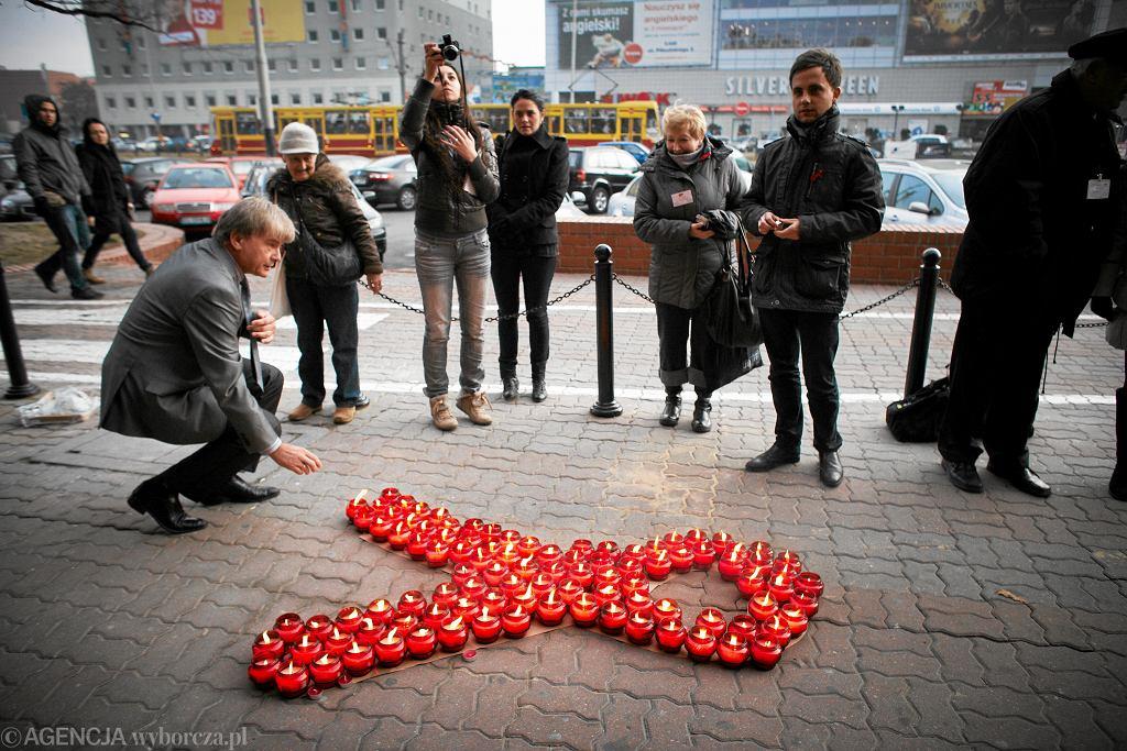 Łódź 2011, Światowy Dzień AIDS, znicze przed Urzędem Marszałkowskim.