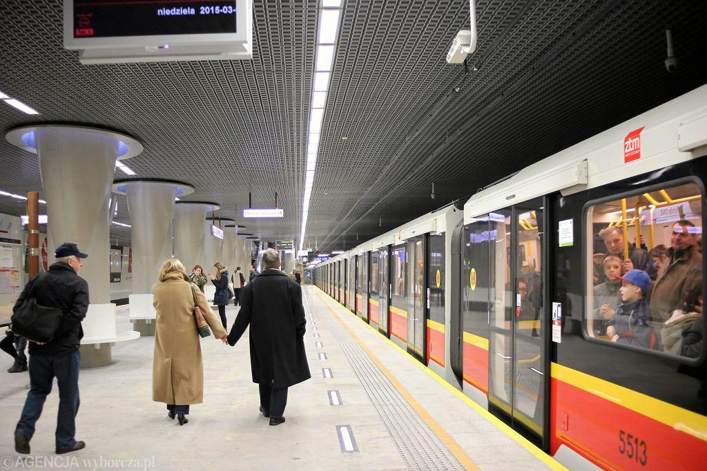 Pociąg na stacji metra Rondo ONZ
