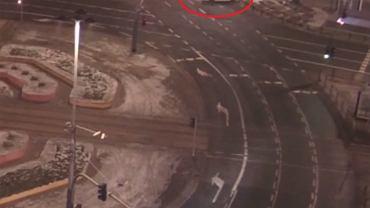 Pijana Sandra rozbiła białego lexusa w samym centrum Warszawy [WIDEO]