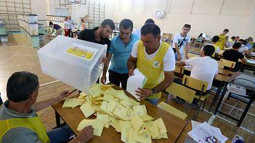 Liczenie głosów w jednej z komisji wyborczych w Tiranie