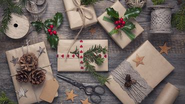 Jak zapakować prezent? Najlepiej do tego celu użyć materiały z odzysku. Zdjęcie ilustracyjne