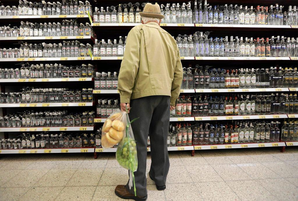 Polacy dość niechętnie przyznają się, że wódkę konsumują regularnie (fot. Grzegorz Skowronek / Agencja Gazeta)