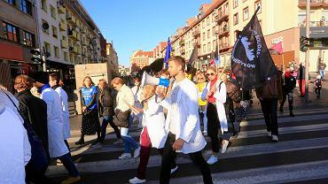 Protest studentów medycyny we Wrocławiu. Manifestacja odbyła się pod hasłem 'Murem za medykami'