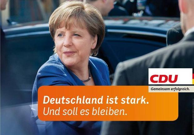 ''Niemcy są silne. I tak musi pozostać'' - deklaruje z plakatów uśmiechnięta Angela Merkel