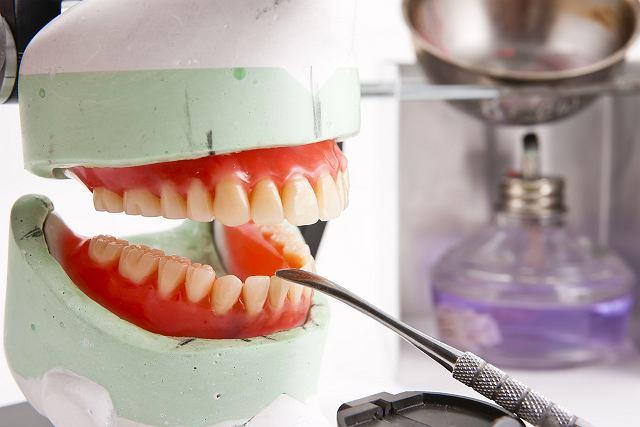 Niektórzy pacjenci w ogóle z kamieniem nie mają problemów, innym kamień trzeba z zębów usuwać raz na dwa miesiące