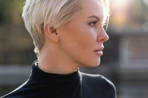 Krótkie fryzury 2021 dla dojrzałych kobiet. Modne i stylowe cięcia, które odejmują lat [ZDJĘCIA]