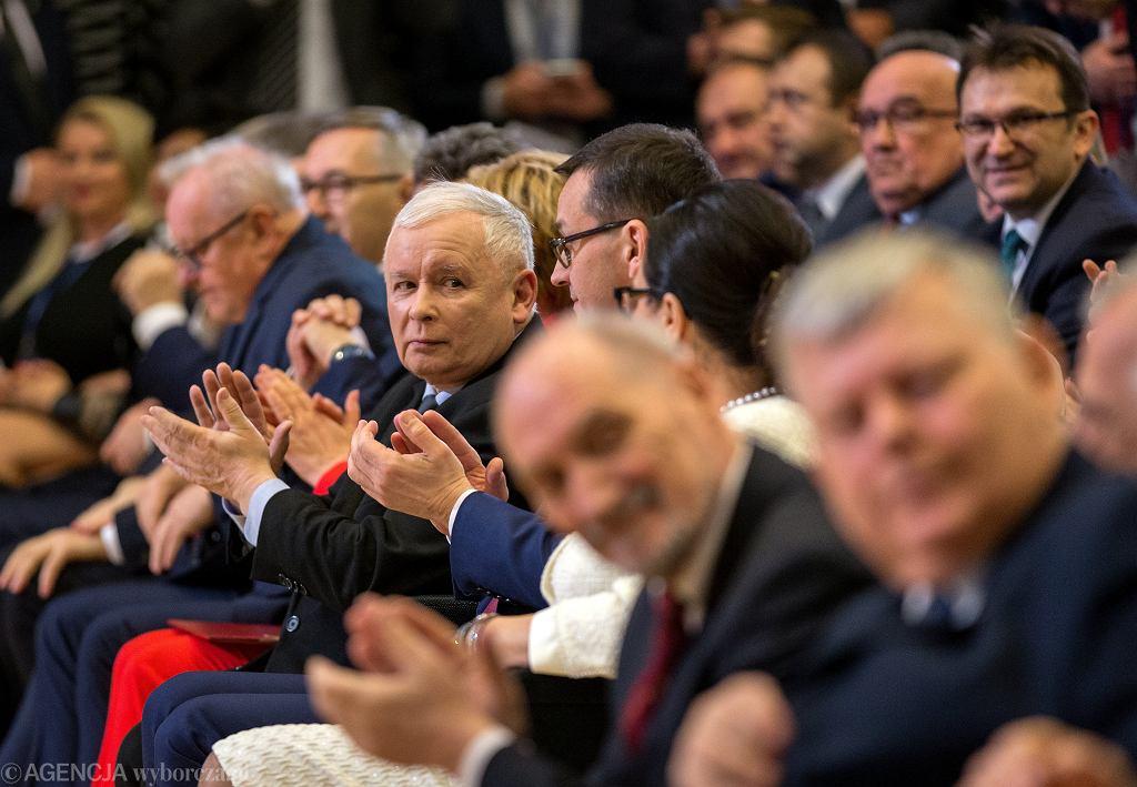 Prezes Jarosław Kaczyński i jego partyjni podwładni - m.in. premier rządu PiS Mateusz Morawiecki - podczas partyjnej konwencji przed wyborami do PE. Katowice, 16 marca 2019