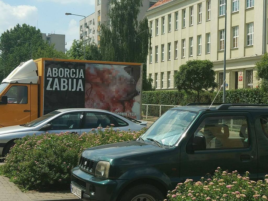 Ciężarówka antyaborcyjna przed liceum w Warszawie