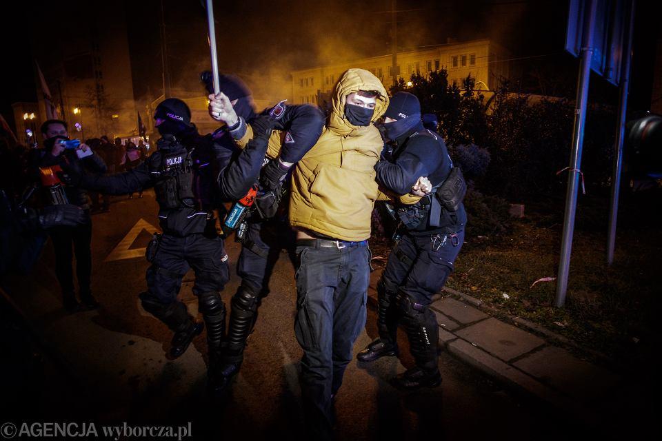 Policja zatrzymuje protestujących podczas Strajku Kobiet 29 stycznia 2021 r. w Bydgoszczy.