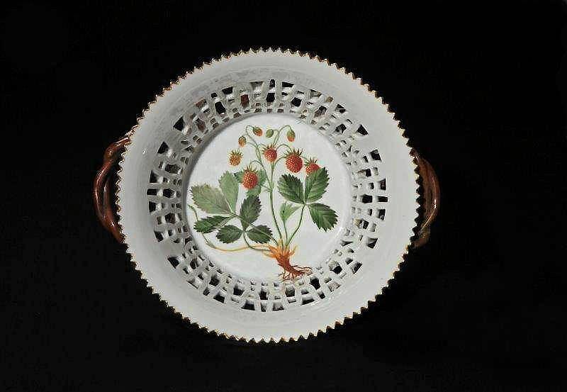Okrągła misa dekoracyjna, porcelana Flora Danica, 2 poł. XIX w., dekoracja na misie: Fragaria vesca (Poziomka pospolita) / Mat. prasowe