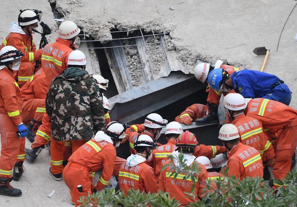Ratownicy prowadzą akcję na miejscu katastrofy,  Quanzhou, 8 marca 2020.