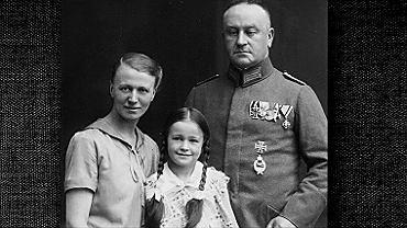 Nauczycielka Luise Solmitz z mężem Friedrichem i córką Giselą. Ten moment zdecydował o naszym losie - napisała Luise w dzienniku, gdy pewnego dnia w 1933 r. Gisela przyniosła ze szkoły kwestionariusz dotyczący rodziny. W punkcie 'pochodzenie' Friedrich zgodnie z prawdą zakreślił rubrykę: 'niearyjskie'. Następnego dnia musiał wypisać się ze wszystkich organizacji państwowych i choć zasłużył się podczas pierwszej wojny światowej, jego pozycja społeczna spadła do minimum.
