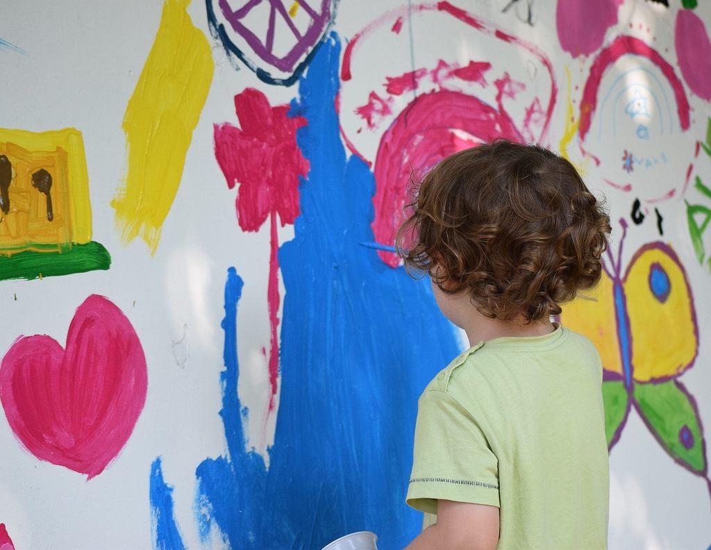 Malowanie na folii przezroczystej, aluminiowej czy mleku to świetna odmiana od tradycyjnego malowania na papierze