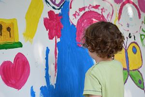 Malowanie na folii przezroczystej, czyli kreatywne zajęcia dla dzieci