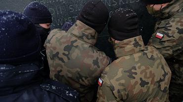 Warszawa. Zamieszanie podczas obchodów miesięcznicy katastrofy smoleńskiej. Doszło do starcia z wojskiem i policją