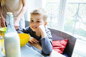 Dzieci pijące pełnotłuste mleko są szczuplejsze od tych na dwuprocentowym [BADANIA]