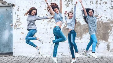 Jeansy damskie to najbardziej popularne spodnie wśród wszystkich kobiet, niezależnie od wieku. Zdjęcie ilustracyjne, Alena Ozerova/shutterstock.com
