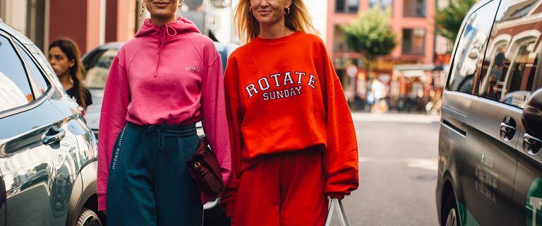 Modne dresy na lato 2021. Na punkcie tych modeli oszalały kobiety na całym świecie