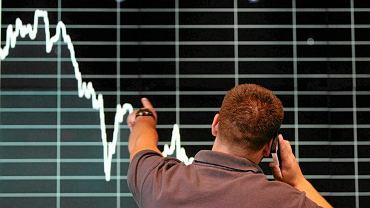 Koranawirus straszy inwestorów. Paniczna wyprzedaż akcji na warszawskiej giełdzie