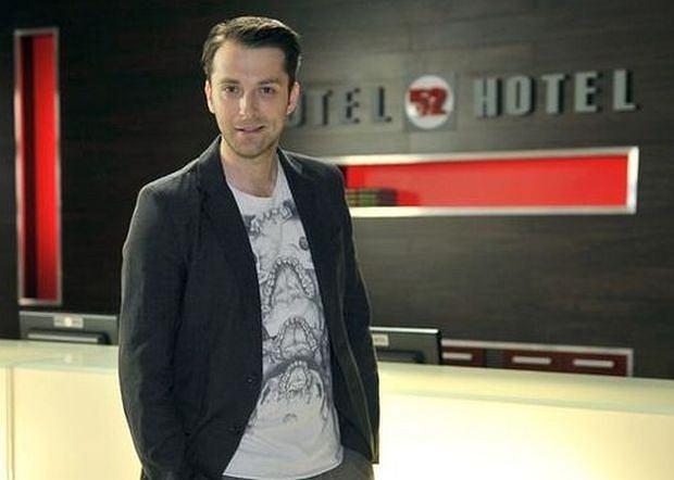 "Filip Bobek na planie ""Hotelu 52"""