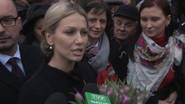 Magdalena Ogórek na Pl. Zamkowym - w otoczeniu sztabowców