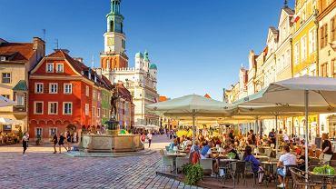 Zwiedzanie Poznania warto zacząć od atrakcji położonych wokolicach Starego Rynku - na zdjęciu fontanna Apolla, za nią domki budnicze i ratusz, w którym znajduje się Muzeum Historii Miasta