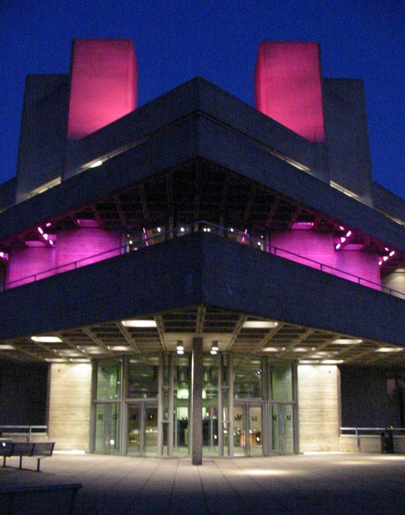 Royal National Theatre widziane z poziomu chodnika obok Tamizy