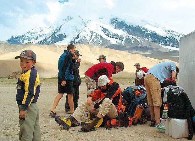 Mój pierwszy raz: zjazd na nartach z 6 tys. metrów, sport, góry, mój pierwszy raz, narty,Z dżipa na wielbłądy, z wielbłąda na własne plecy... Ile razy można się przepakowywać?!