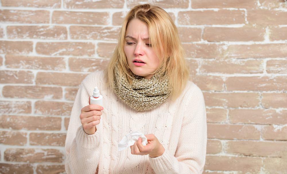 Zatkany nos może mieć różne przyczyny od zwykłego przeziębienia po bardziej poważne problemy zdrowotne.