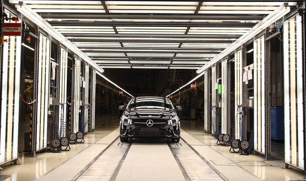 Koncern Daimler - producent m.in. aut marki Mercedes - zapowiedział przyspieszenie produkcji modeli samochodów o napędzie elektrycznym i hybrydowym. Teraz musi jednak uporać się z zarzutami o manipulacje spalinami z silników Diesla.
