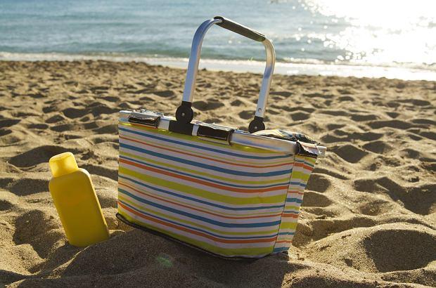 W torbie termicznej nie tylko przewieziemy rzeczy z domu. Możemy ją także zabrać na plażę, aby nie kupować jedzenia, gdy zgłodniejemy