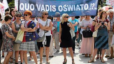 Protest nauczycieli w dniu podsumowania Ogólnopolskiej Debaty o Edukacji. Toruń, 27.06.2016