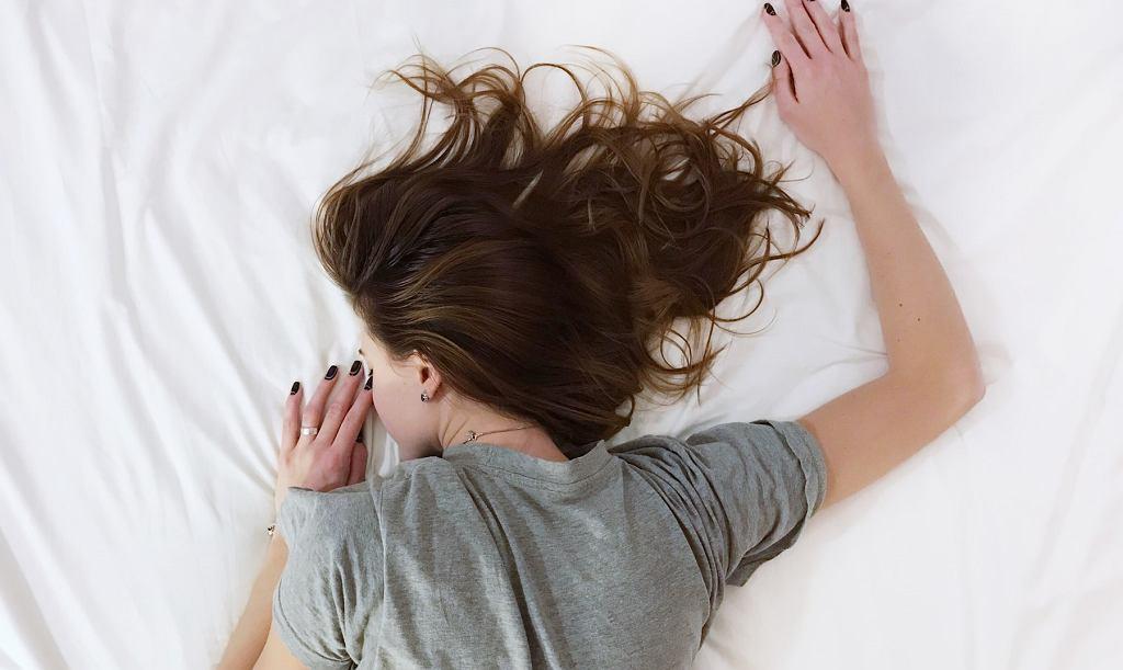 Śpisz w rozpuszczonych włosach? To ogromny błąd! Sprawdź, jak nie niszczyć włosów w nocy