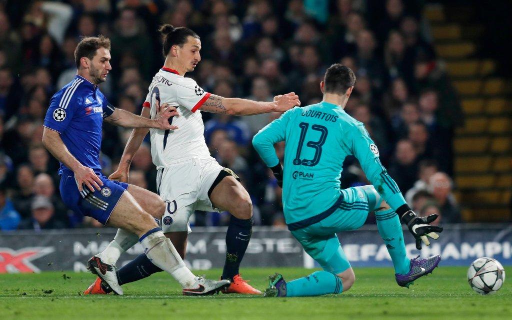 Serb Branislav Ivanovic (z lewej) w próbie powstrzymania Zlatana Ibrahimovicia