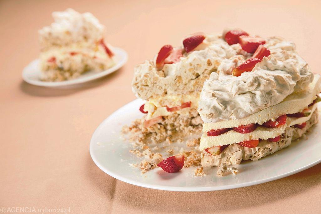 Tort bezowy z serkiem mascarpone i truskawkami