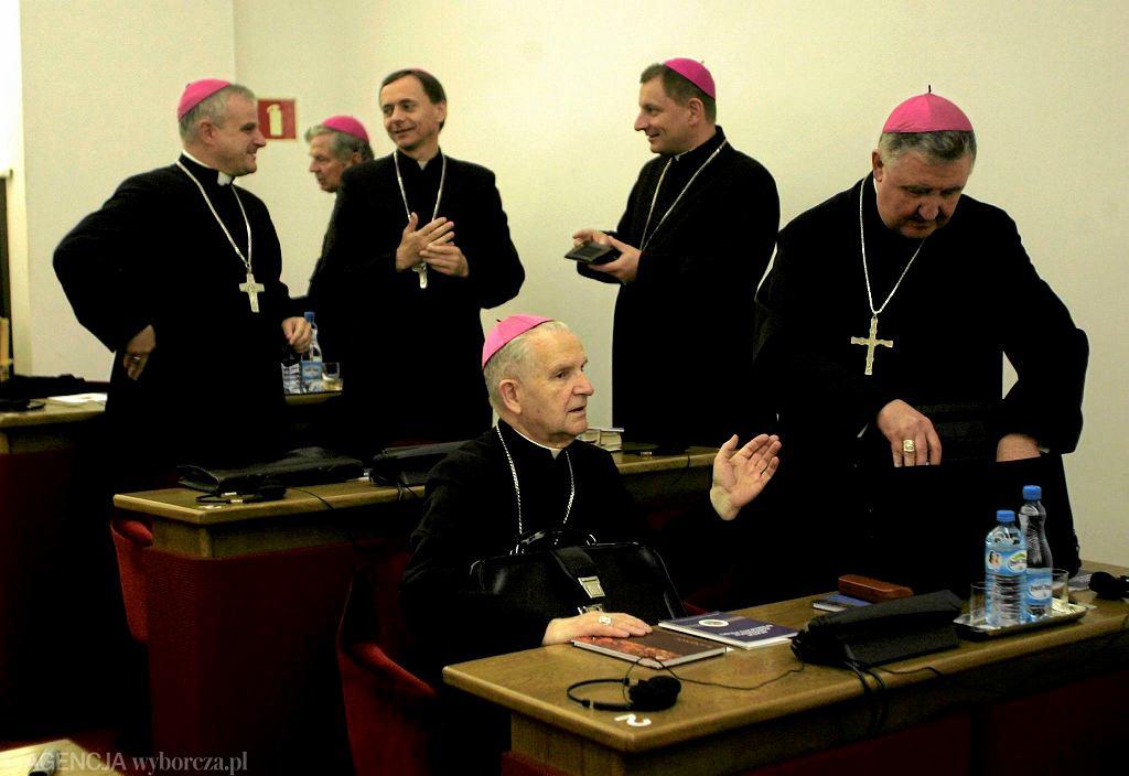 Zebranie plenarne Episkopatu - bp Mendyk pierwszy z lewej. Bp Mendyk, pierwszy z lewej
