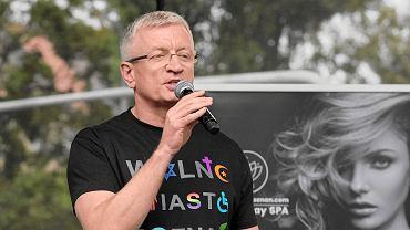 Wybory parlamentarne 2019. Prezydent Poznania Jacek Jaśkowiak wystąpił w koszulce 'Wolne Miasto Poznań' na konwencji KO. Tutaj - podczas Marszu Równości w 2017 r.