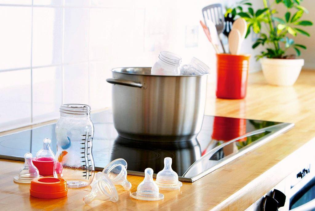 Butelki i smoczki trzeba wyparzać przez pierwsze pół roku życia dziecka.