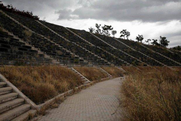 Trybuny opuszczonego centrum kajakowego, również porośnięte trawą