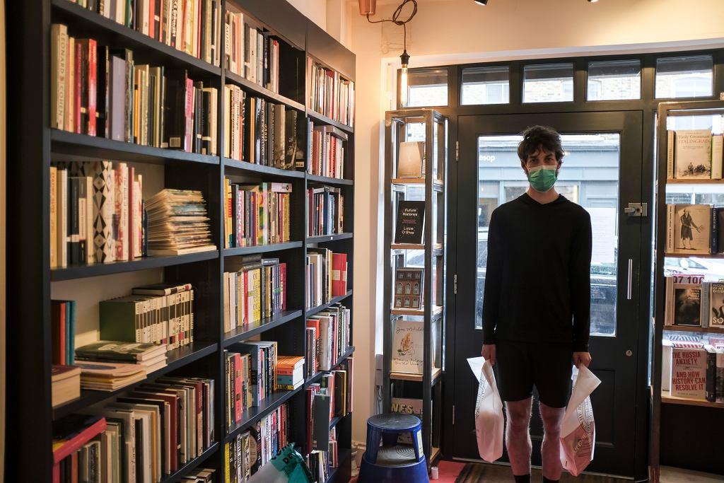 Mężczyzna w londyńskiej księgarni - zdjęcie ilustracyjne