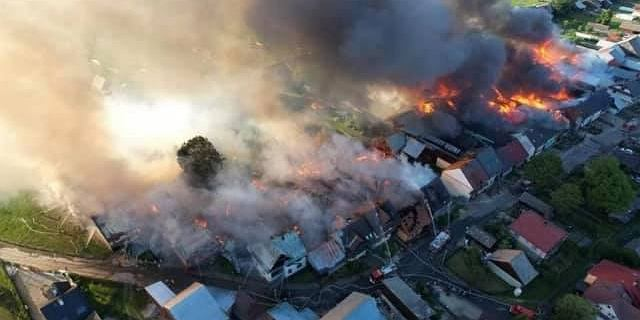 Nowa Biała. Spłonęło 40 budynków, strażacy w nocy dogasili ogień