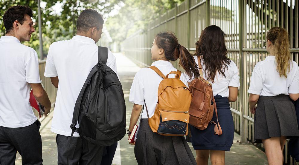 Jak się ubrać na rozpoczęcie roku szkolnego? Poznaj modne kolory i kroje do szkoły