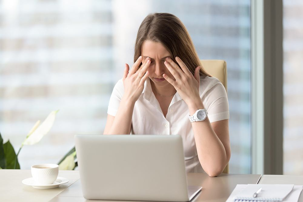 Krótkotrwały i powracający ból oczu może oznaczać podrażnienie któregoś z nerwów czuciowych w okolicach oka