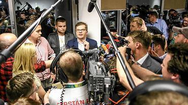 Sylwester Latkowski rozmawia z dziennikarzami w czasie akcji prokuratury i ABW w redakcji 'Wprost'