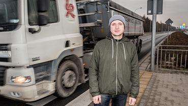 Jarosław Góral na niebezpiecznym przejściu dla pieszych na ul. Granicznej, gdzie postuluje postawienie sygnalizacji świetlnej