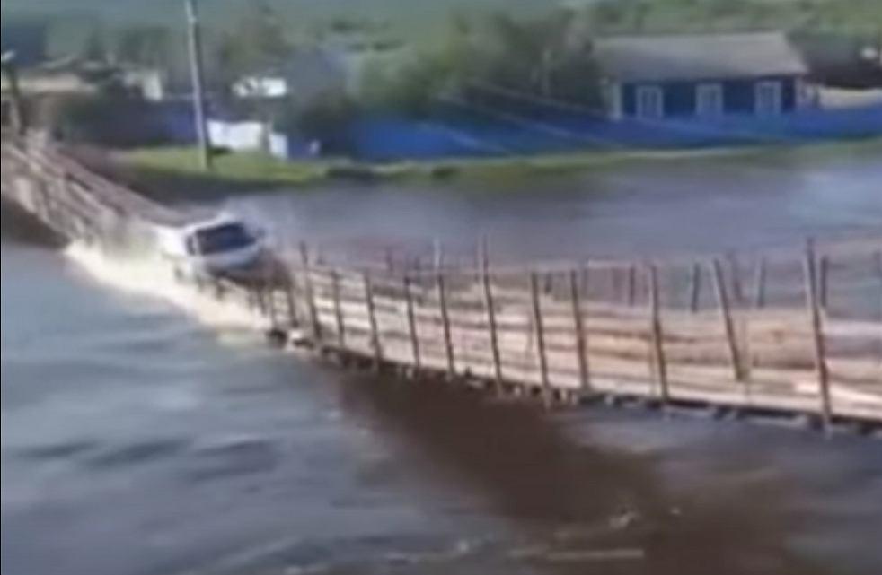 Rosja. Most zawalił się pod ciężarem ciężarówki