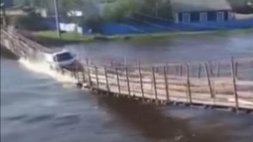 Rusia.  El puente se derrumbó bajo el peso del camión.