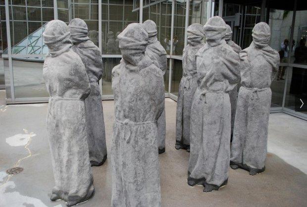 Rzeźby przedstawiające więźniów politycznych przed wejściem do muzeum / Fot. fot. CC BY 2.0 Kevin Gessner / Flickr.com