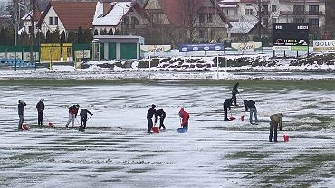 Odśnieżanie boiska w Brzesku