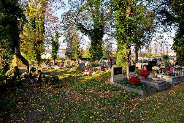 Zdjęcie numer 13 w galerii - 1 listopada w Bielsku-Białej. Kwiaty, wieńce i znicze na grobach [ZDJĘCIA]